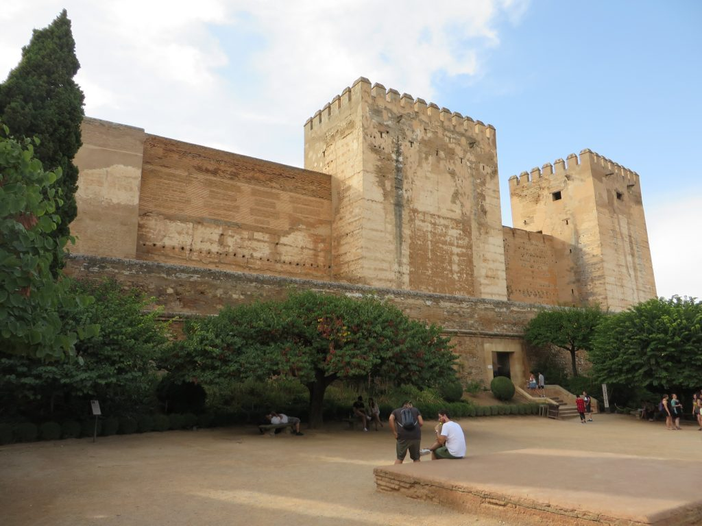 Le imponenti fortificazioni dell'Alhambra di Granada, l'ultima roccaforte dell'impero arabo
