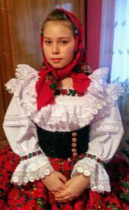 Bambina in abito tradizionale rumeno
