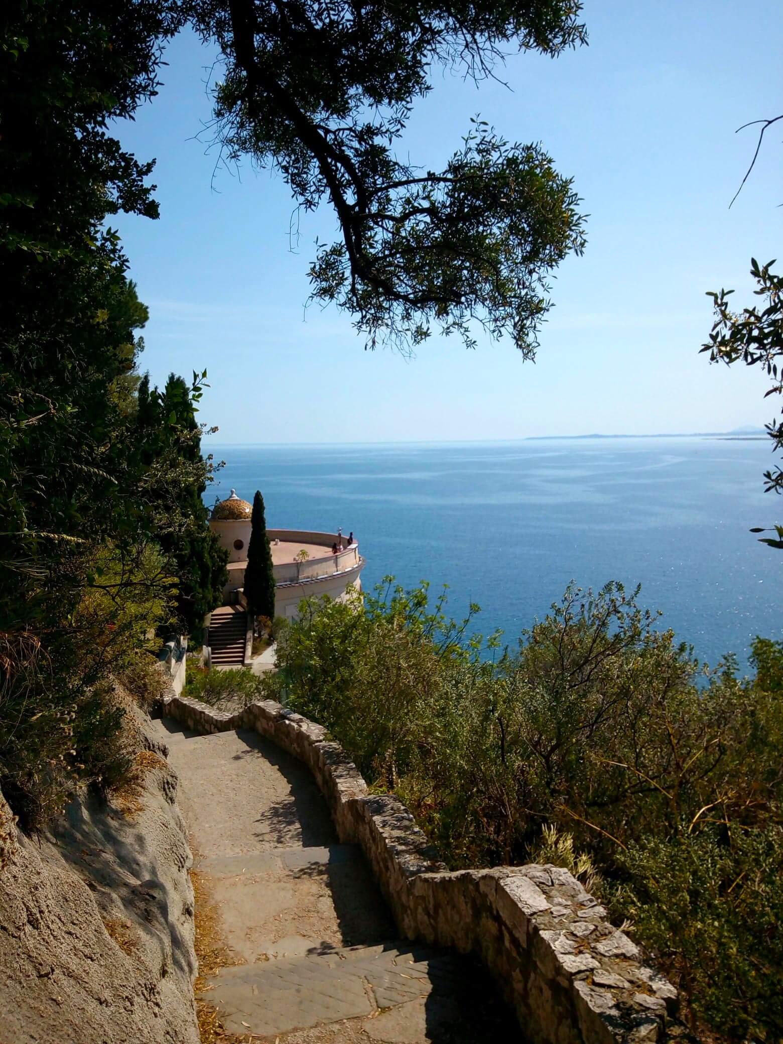 La salita che porta in cima alla collina del castello di Nizza