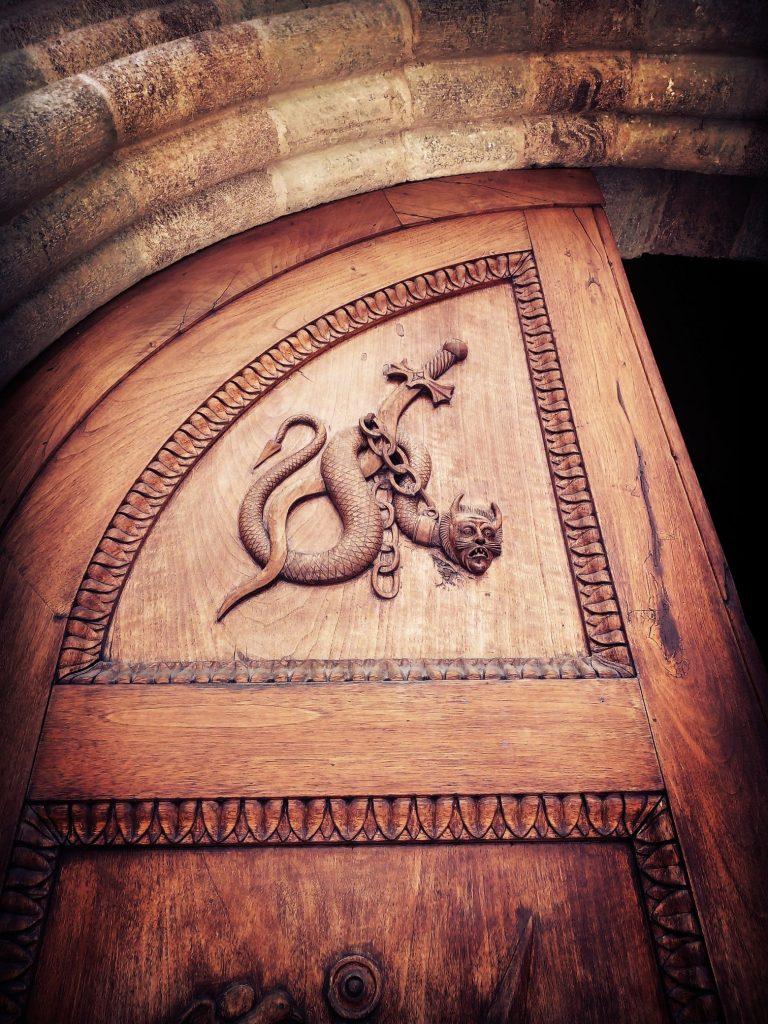 La spada di San Michele attorno alla quale è avvolto il diavolo in forma di serpente alla sacra di san michele