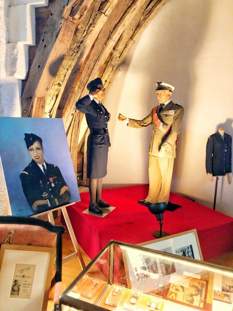 Josephine Baker riceve la medaglia della legione d'onore.